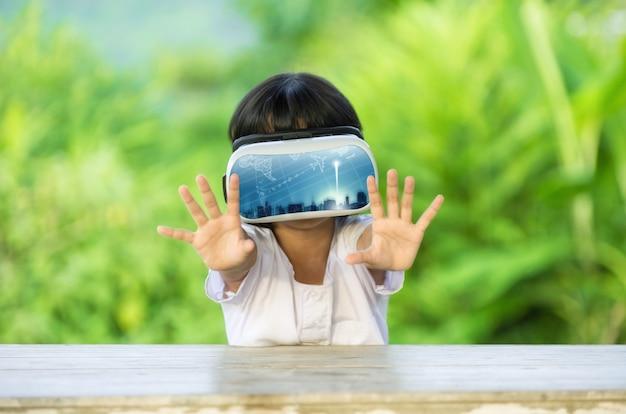 Criança com óculos de realidade virtual.
