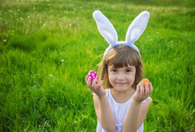Criança com orelhas de coelho. páscoa. foco seletivo.