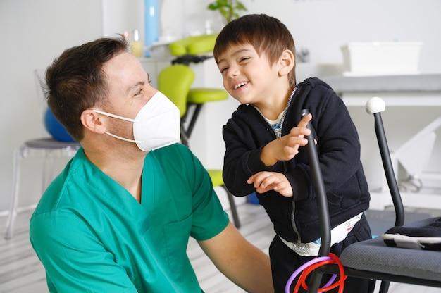 Criança com paralisia cerebral em fisioterapia em centro de terapia infantil.