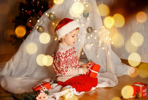 Criança com presente de natal criança feliz com caixa de presente de natal