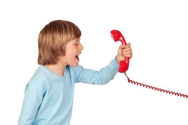 Criança com raiva gritando no telefone isolado no fundo branco