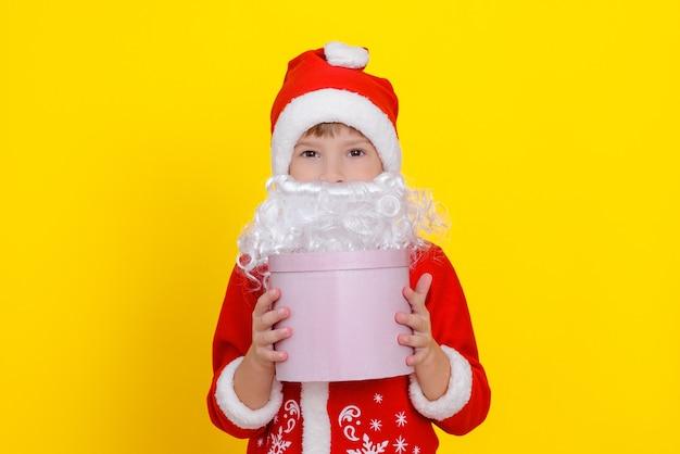 Criança com roupa de papai noel e barba artificial