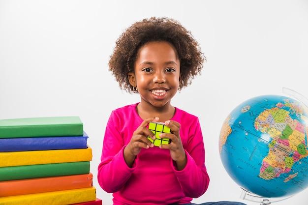 Criança, com, rubiks, cubo, em, estúdio