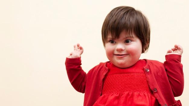 Criança com síndrome de down sendo feliz