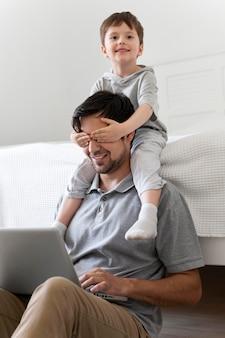 Criança com tiro médio cobrindo os olhos do pai