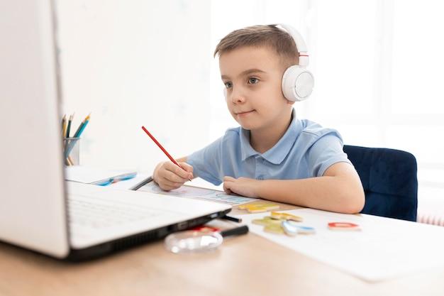 Criança com tiro médio segurando lápis