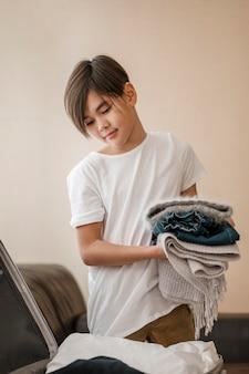 Criança com tiro médio segurando roupas