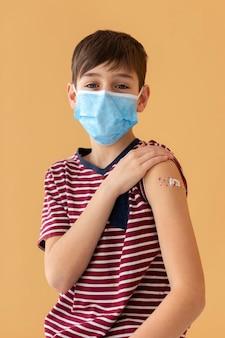 Criança com tiro médio usando máscara