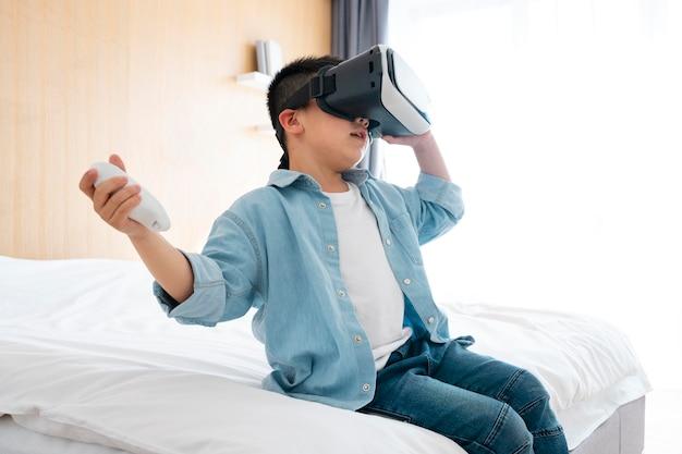 Criança com tiro médio usando óculos vr
