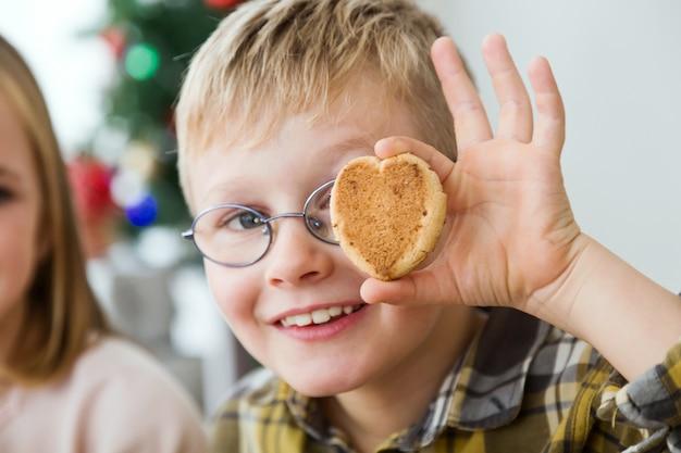 Criança com um cookie no olho