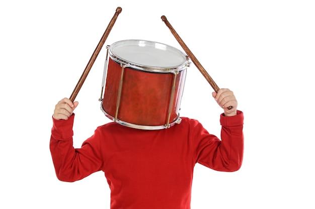 Criança, com, um, tambor, em, a, cabeça, sobre, fundo branco