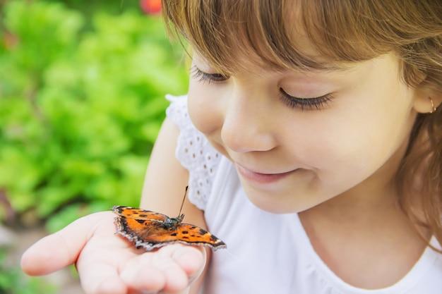 Criança com uma borboleta. ideia leuconoe. foco seletivo.