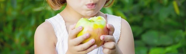 Criança com uma maçã. foto. natureza