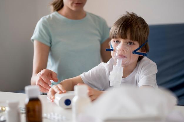 Criança com uma máscara de oxigênio no rosto
