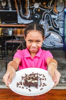 Criança come brownie