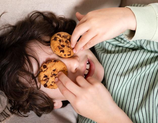 Criança comendo biscoitos em casa