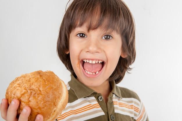 Criança comendo hambúrguer