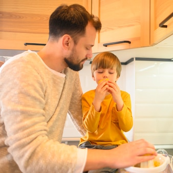 Criança, comer de uma laranja fresca
