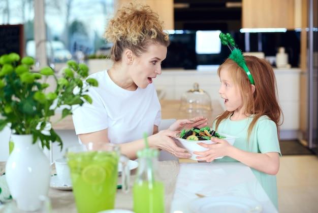 Criança compartilhando biscoitos com a mãe