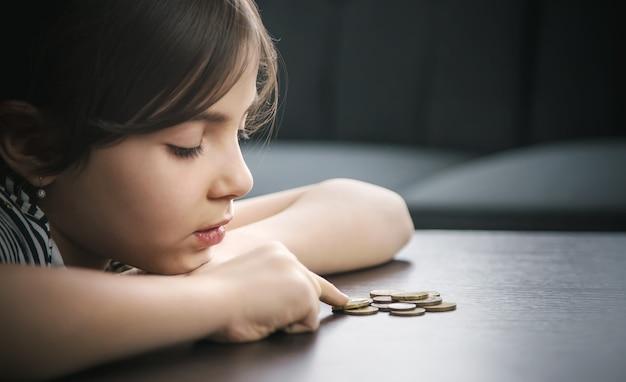 Criança conta moedas