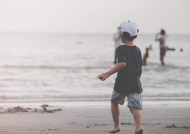 Criança correndo para uma praia de areia