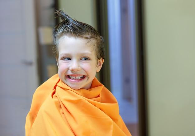 Criança, cortar o cabelo no salão de cabeleireiro