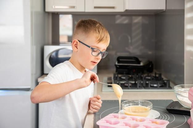 Criança cozinhando cupcakes