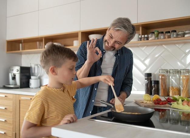 Criança cozinhando omelete dose média