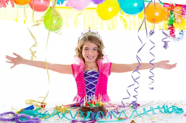 Criança criança coroa princesa na festa de aniversário