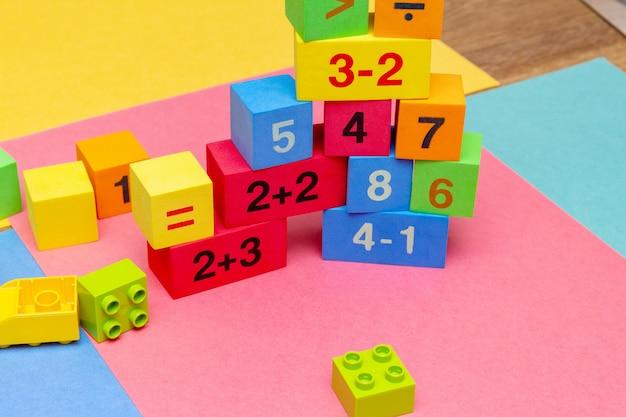 Criança criança educação colorida brinquedos cubos com números de matemática