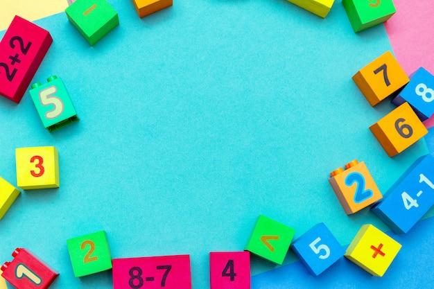 Criança criança educação colorida brinquedos cubos com quadro de matemática de números