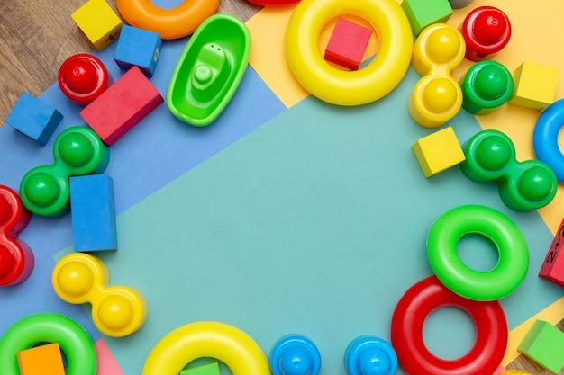 Criança crianças educação brinquedos coloridos com espaço de cópia. infância crianças bebês crianças conceito