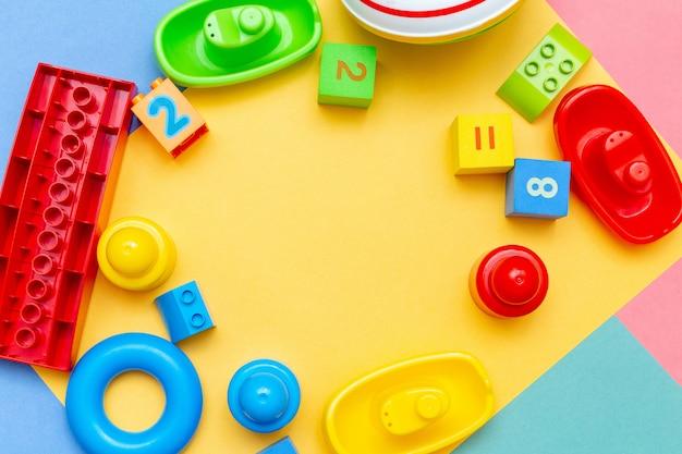 Criança crianças educação brinquedos padrão amarelo colorido com espaço de cópia. conceito de bebês crianças infância