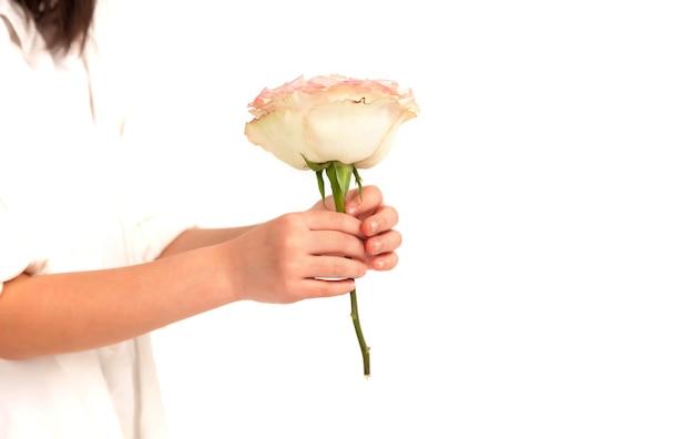 Criança dá flores de presente