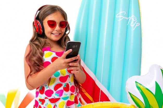 Criança de biquíni e óculos de sol nas férias de verão, um sorriso largo no rosto