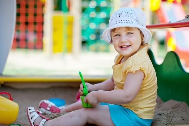 Criança de dois anos em sandbox