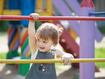 Criança de dois anos no campo de jogos
