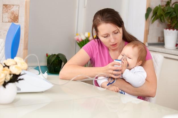 Criança de inalação faz mamãe bebê
