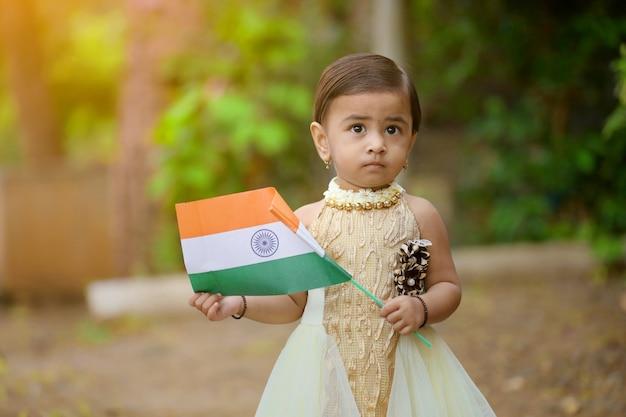 Criança de menina indiana segurando bandeira indiana