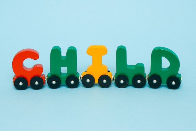 Criança de palavra feita de letras alfabeto de trem.