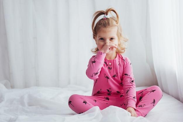 Criança de pijama