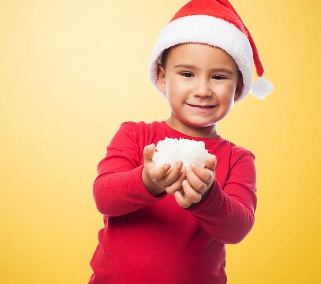 Criança de sorriso com neve
