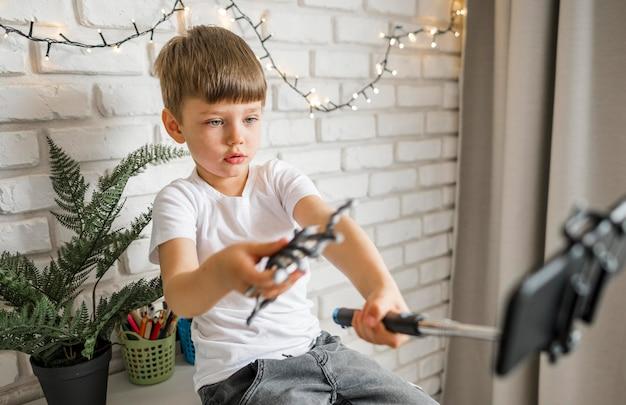 Criança de tiro médio brincando com aranha