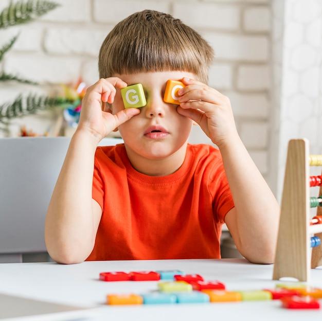 Criança de tiro médio com letras