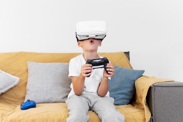Criança de tiro médio com óculos vr