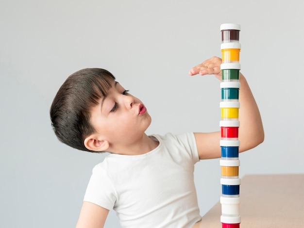Criança de tiro médio com tinta