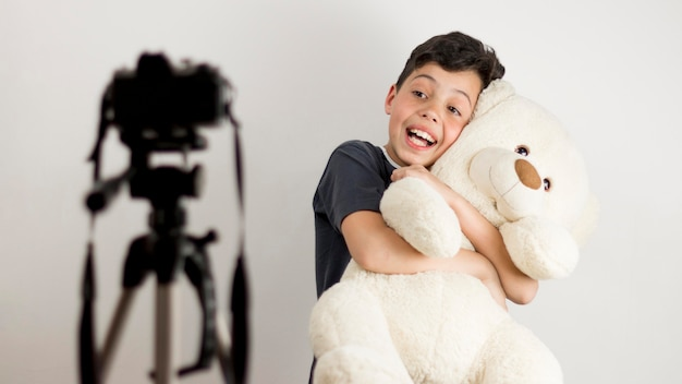 Criança de tiro médio com ursinho de pelúcia