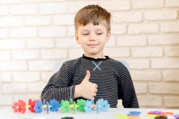 Criança de tiro médio mostrando aprovação