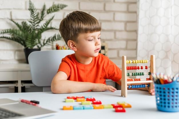 Criança de tiro médio que aprende contando