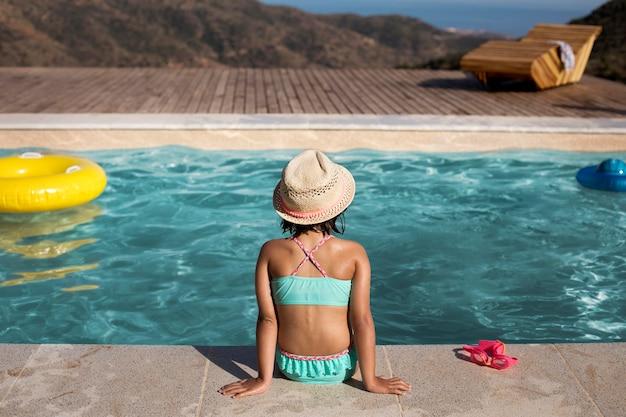 Criança de tiro médio usando chapéu